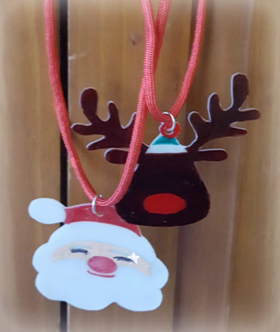 Christmas Necklace Kids Crafts for 12 Days of Christmas Blog Hop from www.thisautoimmunelife.com #12daysofchristmas #kidscraft #christmas